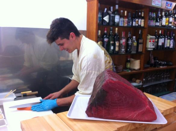 Kike_on_tour_kenji_sushi_bar_restaurante_japones_kenko_sushi_preparando_salmon