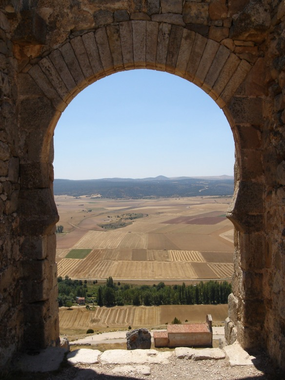 Kike_on_tour_castillo_califalgomaz_soria_interior_arco_vistas_horizonte