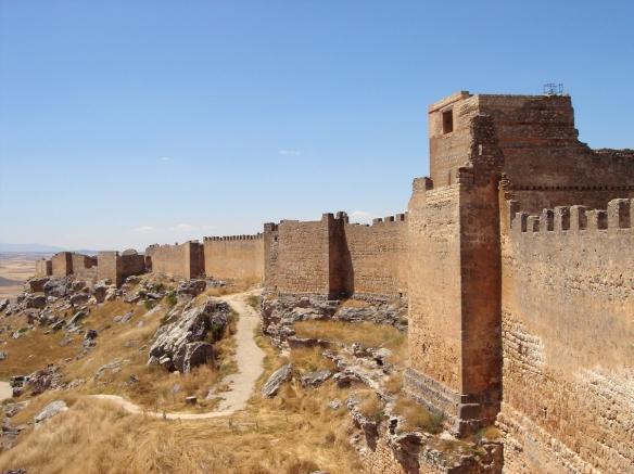Kike_on_tour_castillo_califalgomaz_soria_muralla_exterior